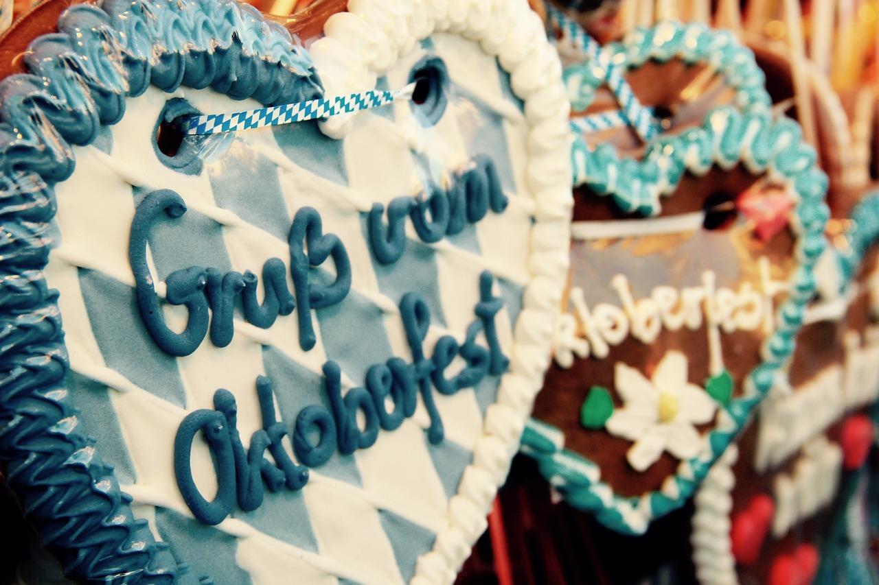 Ein Lebkuchenherz ist mit blau-weißen Karos verziert und sendet Grüße vom Oktoberfest